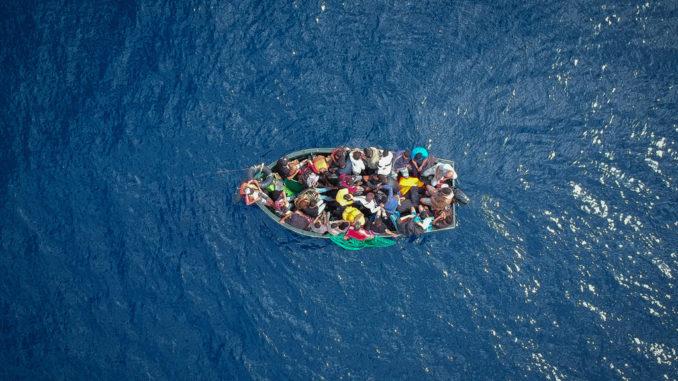 barca con migranti nel Mediterraneo bloccata in mare