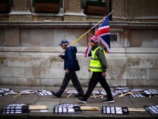 brexit protesta bandiera con persone