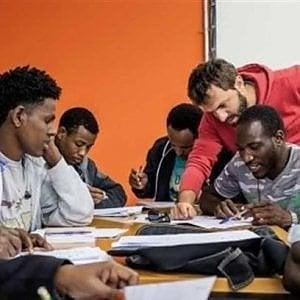 gruppo di studenti rifugiati impara l'italiano con insegnante in uno SPRAR